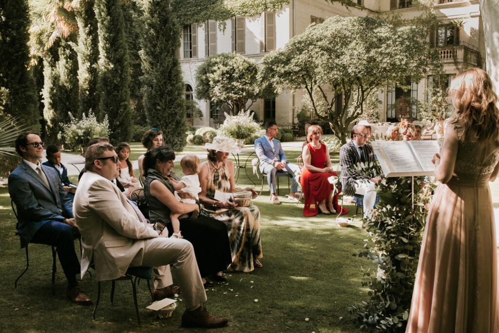 Ariane Douguet officiante chanteuse de cérémonie laïque de mariage et obsèques en Provence, à Paris et l'international