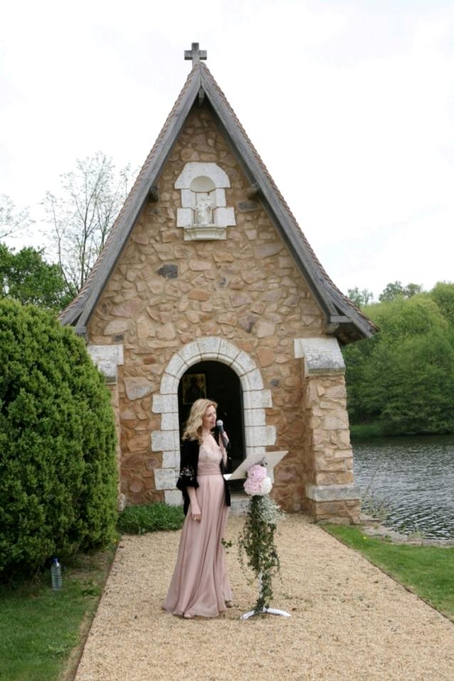 Ariane Douguet officiante chanteuse cérémonie laïque de mariage ou obsèques